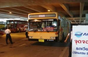 De shuttle bus vertrekt op vliegveld Suvarnabhumi vanaf level 1.
