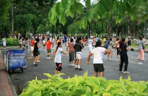 In het Lumpini Park wordt vele sporten beoefend zoals aerobics.