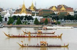 De Royal Kathin Barge Procession is een imponerend schouwspel.
