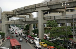 De Sukhuvitlijn van de skytrain rijdt boven Sukhumit Road.