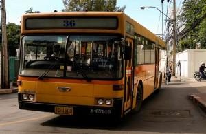 Met de stadsbus ben je het goedkoopst in het centrum van Bangkok.