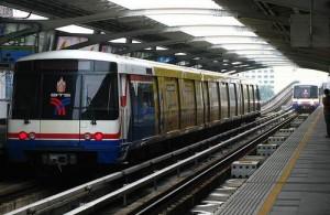 De treinen van de skytrain in Bangkok rijden om de paar minuten.