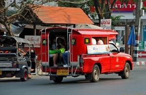 Het vervoer in Chiang Mai wordt gedomineerd door de tuktuk en songtaew.