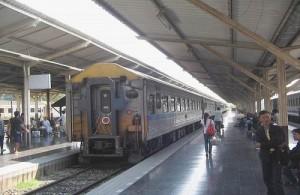 Het vervoer per trein vanuit Bangkok eindigt op het Chiang Mai Railway Station.