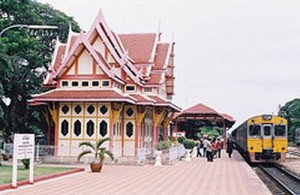 Tussen Bangkok en Hua Hin en Cha-am rijden dagelijks treinen.