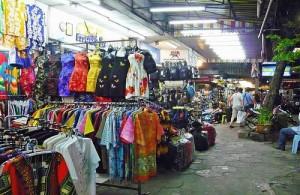 Op de markten in Pattaya vind je veel (namaak) kleding.