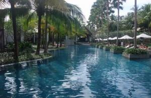 Ontspannen aan het zwembad bij het Twinpalms Hotel.