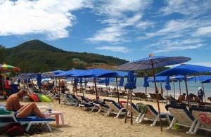 Op het strand van Kamala is het niet al te druk.