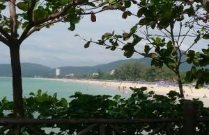 Karon beach heeft een mooi, lang en breed zandstrand.