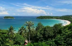 Kata bestaat uit twee baaien die worden gescheiden door een landtong.