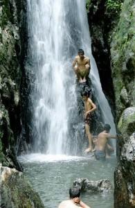 Lekker afkoelen onder de watervallen in Khao Phra Taew National Park.