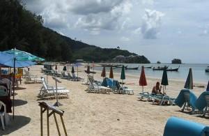 Het toeristische deel van Nai Yang beach is voorzien van ligstoelen en parasols.