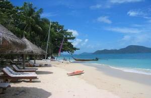 Phuket heeft prachtige witte zandstranden met palmbomen.