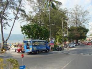De blauwe bussen (songtaew) rijden tussen Phuket town en de badplaatsen op Phuket.