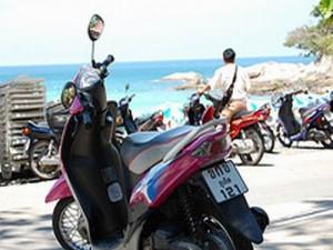 Het huren van een scooter is een goedkope manier om Phuket te verkennen.
