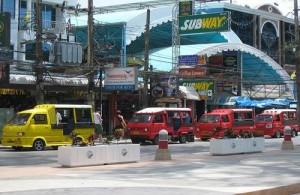 Het vervoer op Phuket gaat snel en eenvoudig per tuk-tuk.