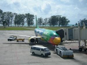 Phuket International Airport ligt op het noordelijk deel van het eiland.