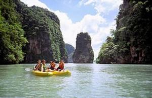 Het is leuk om de kust van Phuket per kajak te ontdekken.