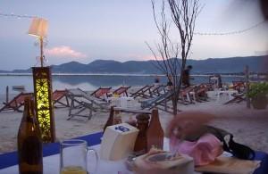 Tijdens je vakantie in Thailand heerlijk dineren aan het strand bij zonsondergang.