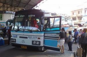 Het reizen per bus is in Thailand de meest gebruikte en goedkoopste vorm van openbaar vervoer.