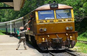Het reizen per trein in Thailand is goedkoop.