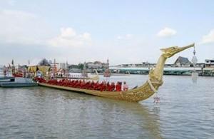 De Koninklijke boot 'Suphannahongse' legt tijdens de Royal Barge Procession aan bij Wat Arun.
