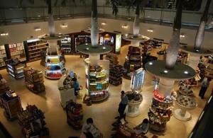 Vliegveld Suvarnabhumi te Bangkok heeft een groot en modern winkelcentrum.