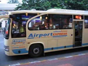 Tickets voor een transfer met de Airport Expressbus kosten 150 Bath.