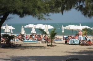Op het mooie witte zandstrand van Cha-am zijn volop ligstoelen en parasols te huur.