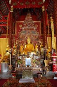 Het Boeddhabeeld 'Phra Satang Man' huist in de Chiang Man tempel.