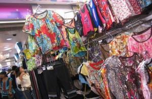 Op de Made in Thailand Market wordt veel kleding aangeboden.