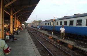 Treinen naar het zuiden van Thailand stoppen bij het Thonburi Railway Station.