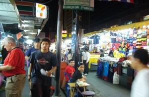 De Patpong markt ligt midden in het uitgaansgebied Patpong (stadsdeel Silom).