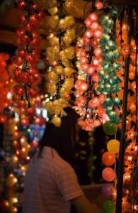 Er worden op de Patpong markt vooral artikelen voor toeristen aangeboden.