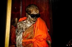 In de tempel huist het lichaam van de gemummifeerde monnik Loung Pordaeng.
