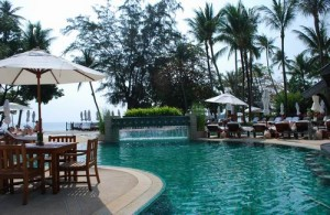 Lekker ontspannen aan het zwembad van het Amari Palm Reef Resort.