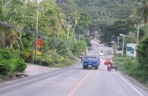 Een lange kustweg (Ring Road) verbindt de stranden en baaien van Koh Samui.