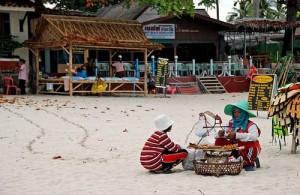De locale bevolking van Koh Samui verkoopt versnaperingen.