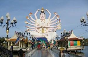 Een zeer opvallend beeld is het grote Boeddhabeeld met de 18 armen.