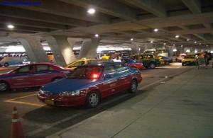 De taxi's vertrekken bij de aankomsthal op level 1.