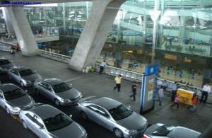 Limousine-service regel je in de aankomsthal van het vliegveld.