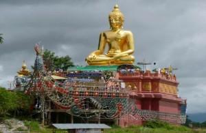 Midden in Sop Ruak staat een boot met een grote gouden Boeddha.