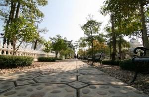 De White Temple is een onderdeel van een heel tempelcomplex.