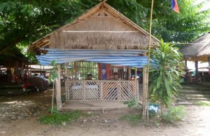 De douane van Laos bij het souvenirs dorp Done Xao.