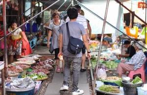 Het spoor dient als wandelroute door de markt.