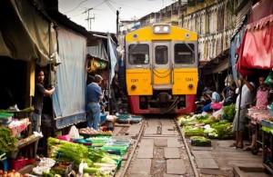 De trein rijdt letterlijk dwars door de Maeklong Railway Market.