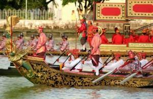 De Royal Barge Procession trekt over de Chao Phraya rivier te Bangkok.