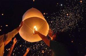 De zwevende lantaarns vormen een prachtige sterrenhemel.