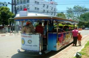 Hou je niet van lopen dan kun je de stad bezoeken middels een tour met de Singora Tram.