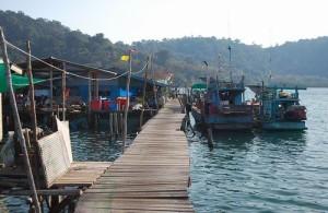 Het vissersdorpje Ao Salat is gebouwd op palen in het water.
